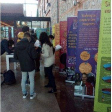 """Visita de 13 estudiantes de la Universidad de Cantabria a la Biblioteca Central de Cantabria para visitar la exposición """"Todas las mujeres libres de violencia"""""""