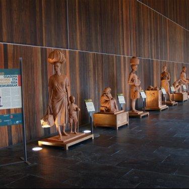 """""""Salud y Derechos Humanos"""" en esculturas de Javier Doncel"""