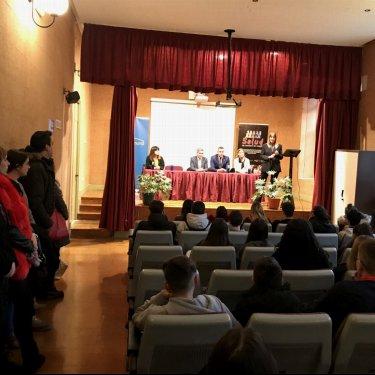 """Las exposiciones """"Todas las mujeres libres de violencia"""" y """"Salud es nombre de mujer"""" en el IES Marqués de Manzanedo de Santoña"""
